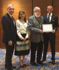 Prof. Alberto CAPRIOGLIO, Dr.ssa Simona FERRARI, Prof. Rolf BEHRENTS, Dr. Marco ROSA mentre ricevono il DEWEL AWARDS 2017